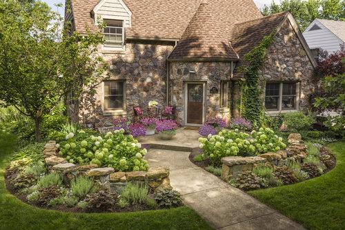 stone_house_front_yard_02.jpg